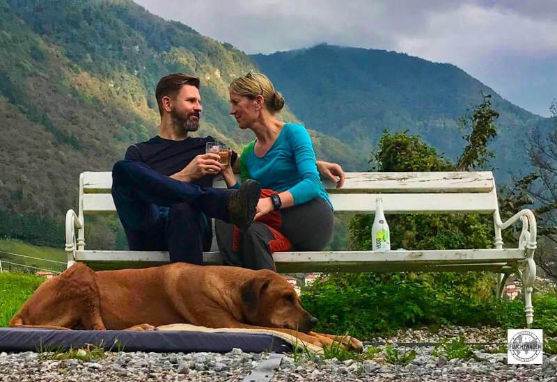 Paar auf einer Bank mit Hund