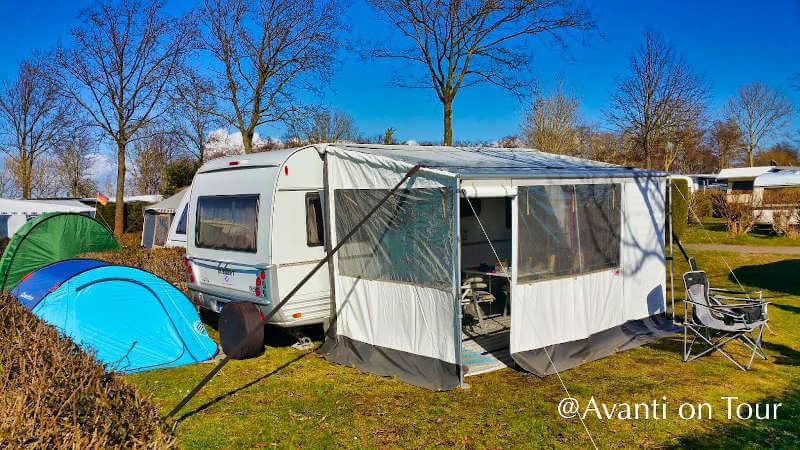 Wohnwagen von Tabbert und Zelt auf dem Campingplatz
