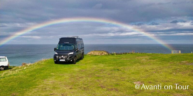 Kastenwagen unter einem Regenbogen