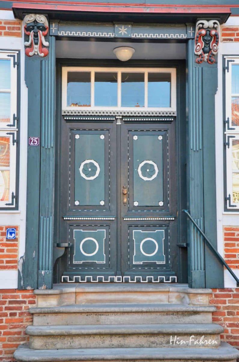 Traumstraßen Deutschland: Tür in einem Fachwerkhaus in Stade