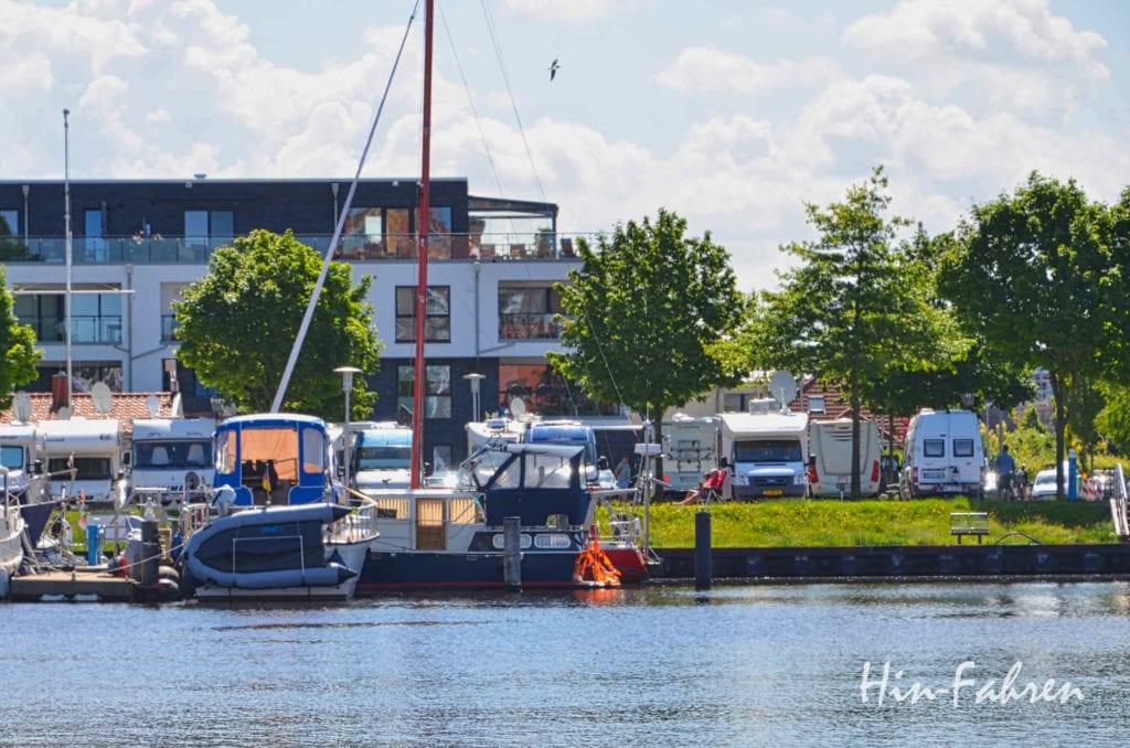 Wohnmobile stehen in Emden direkt am Delft