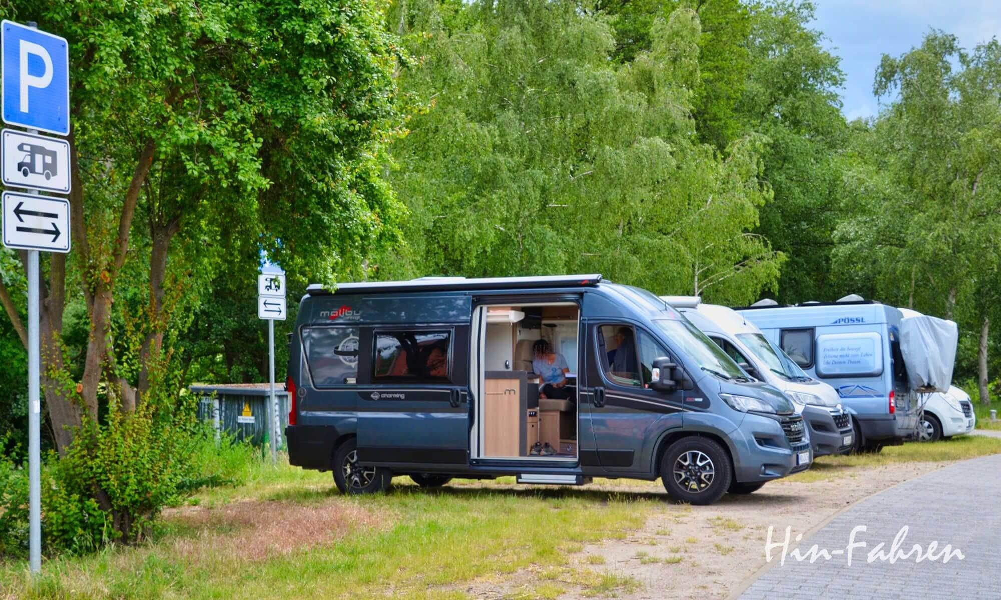 Wohnmobil-Kastenwagen 2021 auf einem Parkplatz