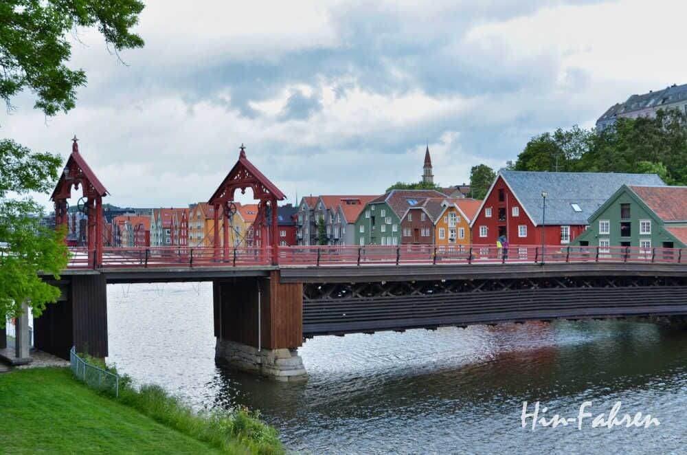 Trondheim mit Wohnmobil: Blick auf die Alte Brücke und die bunten Holzhäuser der Altstadt