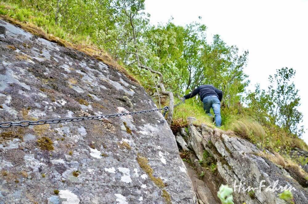 Das letzte Stück der Wanderung bei Hustad zum Aslaksteinen