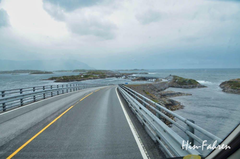 Atlantikstraße mit Wohnmobil: Blick auf Brücken, Felsen und Meer
