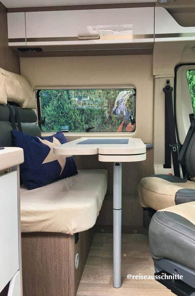 Blick in den Chausson Kastenwagen: Sitzgruppe