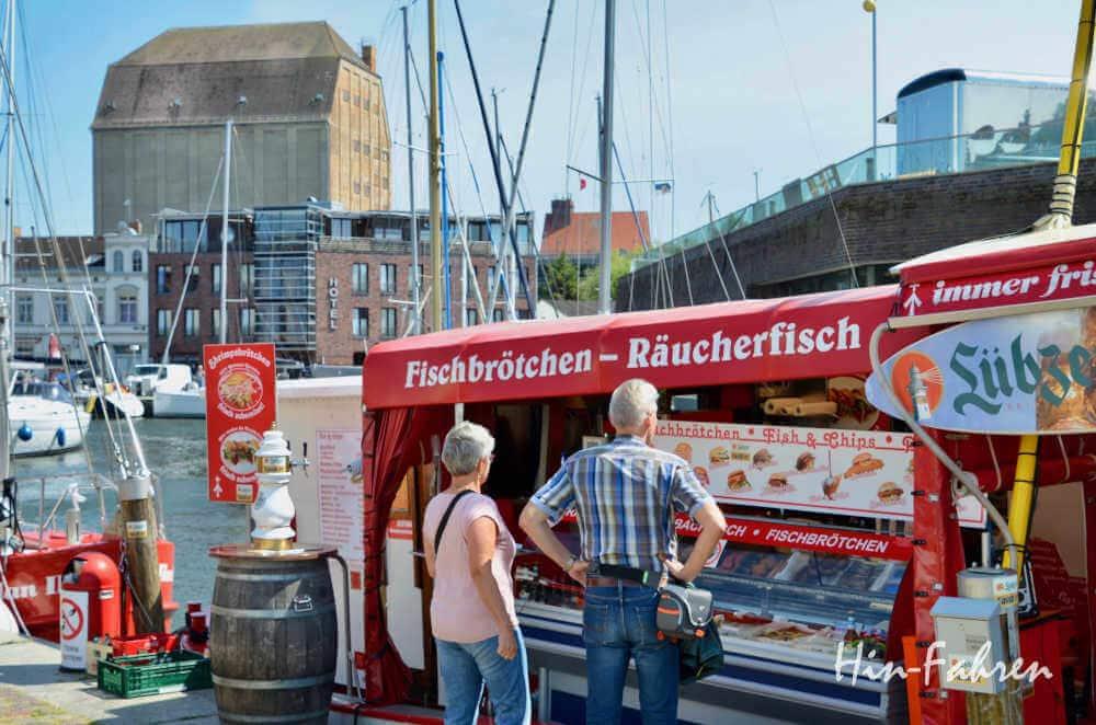 Wohnmobil-Kurztrip Deutschland: Imbissboote am Hafen beim Stadtbesuch in Stralsund