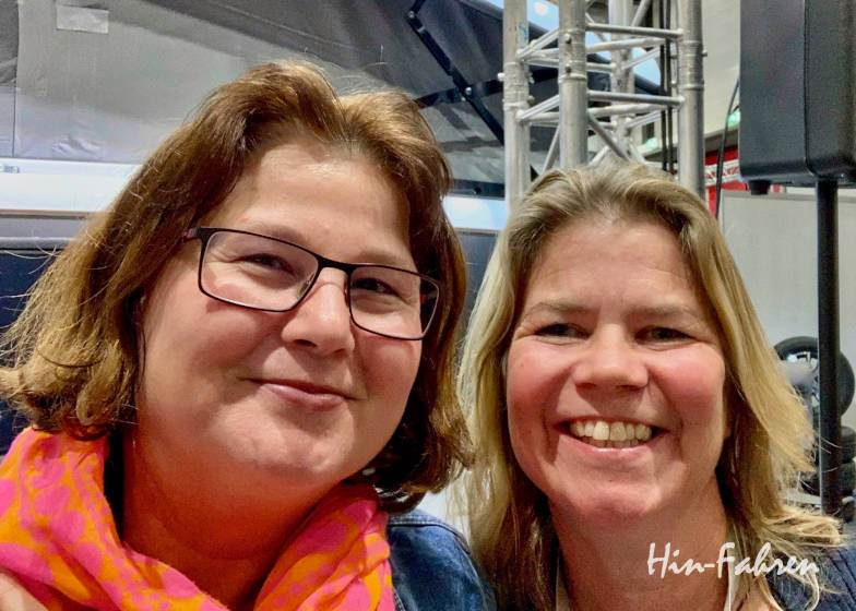 Die Wohnmobil-Reisebloggerinnen Katja (Hin-Fahren.de) und Susanne (Cool Camping)
