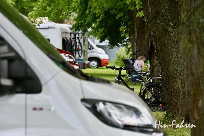 Wohnmobil mieten: Platz auf dem Campingplatz
