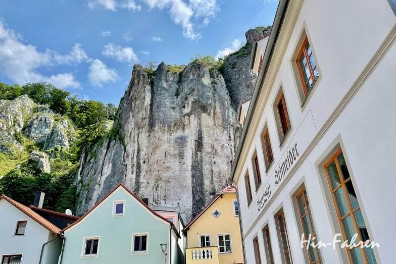 Wohnmobiltour Bayern: Altmühltal, die Häuser in Essing sind dicht an die Felsen gebaut