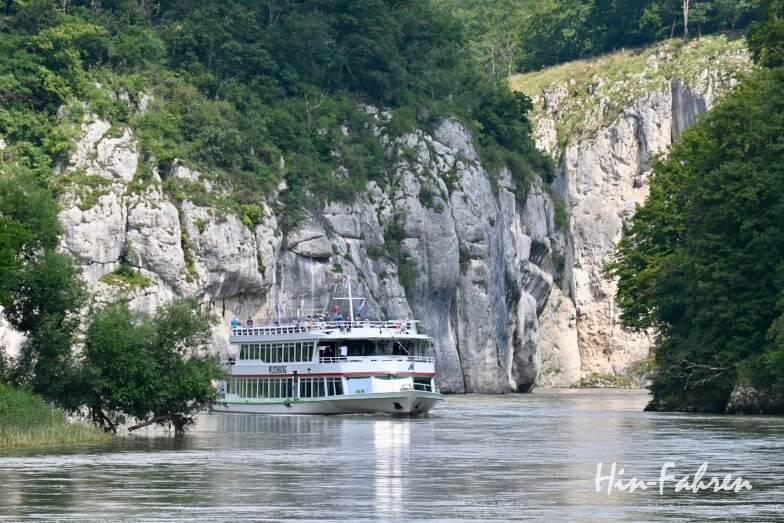Schiff fährt auf der Donau durch die Weltenburger Enge