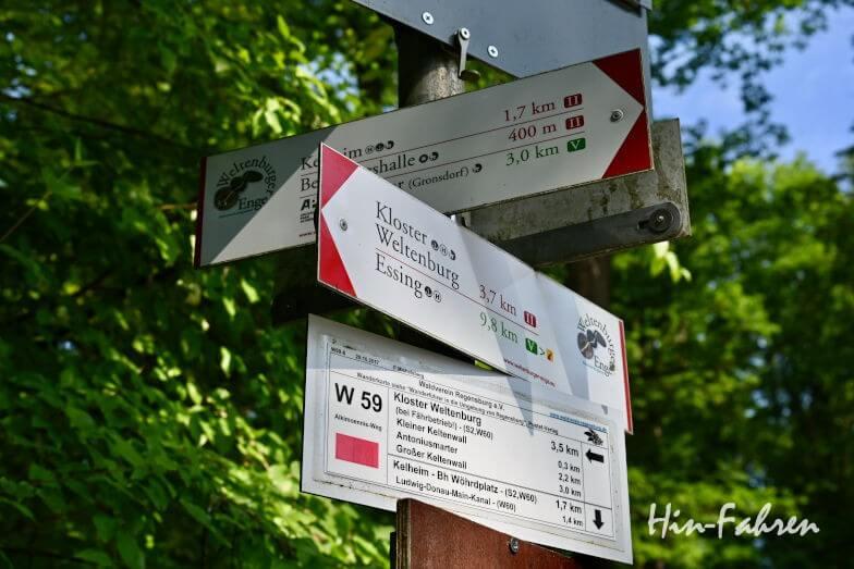 Wohnmobiltour Bayern: Wandern, Schilder an der Befreiungshalle