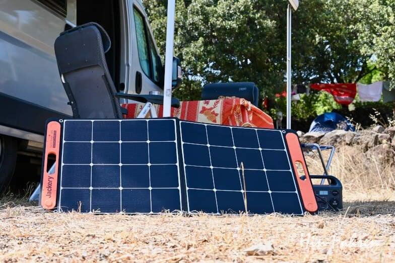 Mobiles Solarmodul auf dem Campingplatz im Einsatz beim Laden der Powerstation