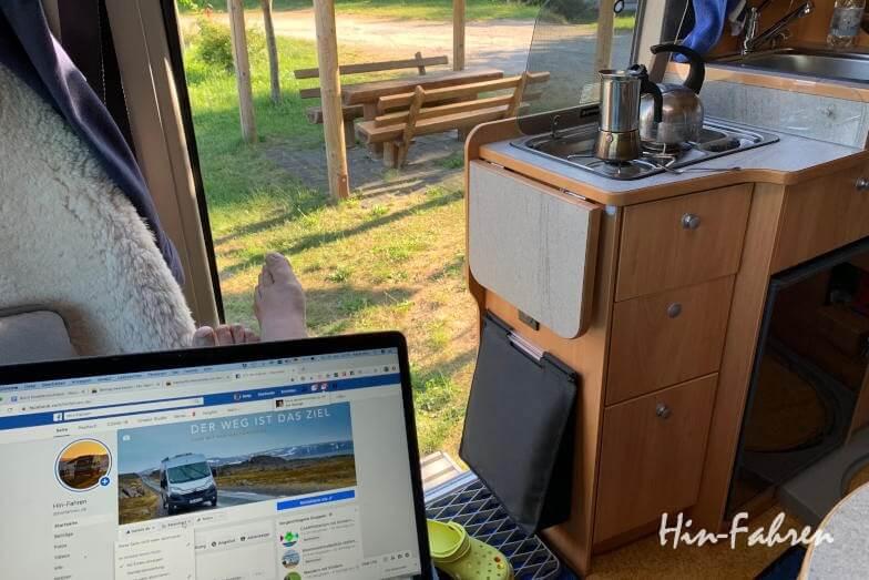 Arbeit am Camputer im Wohnmobil