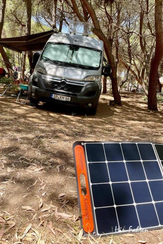 Externes Solarfeld vor dem Wohnmobil