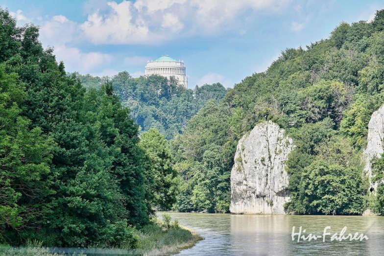 Wohnmobiltour Bayern: Blick von der Donau in der Weltenburger Enge auf die Befreiungshalle